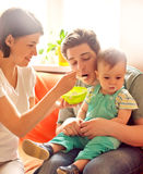 Macierzysty karmienie ojca .baby odmawianie Obrazy Stock