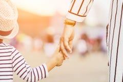 Macierzysty mienie dziecka ` s ręka Obraz Stock