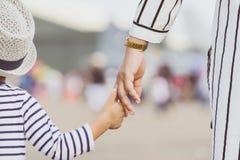 Macierzysty mienie dziecka ` s ręka Obrazy Royalty Free