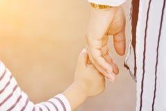 Macierzysty mienie dziecka ` s ręka Fotografia Royalty Free