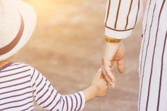 Macierzysty mienie dziecka ` s ręka Zdjęcia Stock