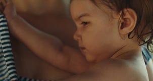 Macierzysty mienie jej dziecko po pływania zbiory wideo
