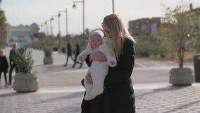 Macierzysty mienie jej dziewczynka outside zbiory wideo