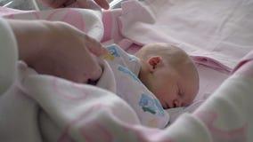 Macierzysty nakrywkowy sypialny dziecko z koc zbiory wideo