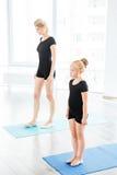 Macierzysty nauczanie córki balet przy studiiem zdjęcia royalty free