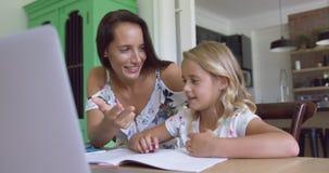 Macierzysty nauczanie jego syn matematyka przy stołem w wygodnym domu 4k zdjęcie wideo