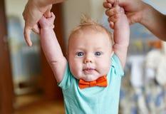 Macierzysty nauczanie jej śliczny mały syn chodzić mienie ręk części ciała dziecka kroków pierwszy pojęcie Zdjęcia Stock