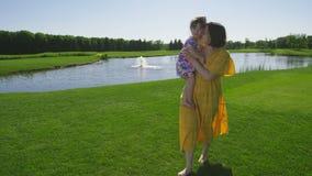 Macierzysty odprowadzenie na trawy obejmowania berbecia córce zdjęcie wideo