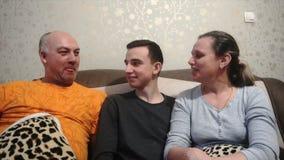 Macierzysty ojciec i syn bawić się i śmiamy się, szczęśliwa rodzina zbiory