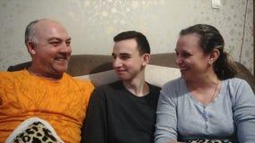 Macierzysty ojciec i syn bawić się i śmiamy się, szczęśliwa rodzina zdjęcie wideo