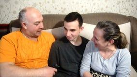 Macierzysty ojciec i syn bawić się i śmiamy się, szczęśliwa rodzina zbiory wideo