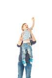 Macierzysty podnoszący up berbeć chłopiec Zdjęcie Stock