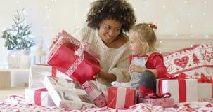 Macierzysty pokazuje dziecko wielki Bożenarodzeniowy prezent zbiory