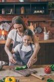 Macierzysty pomagać córka z kucharstwem obrazy royalty free