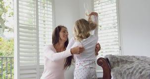 Macierzysty pomagać jej córki być ubranym odzieżowego 4k w domu zbiory wideo