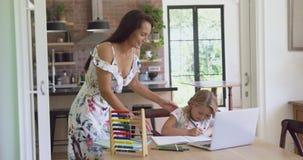 Macierzysty pomagać jej córki z pracą domową w wygodnym domu 4k zdjęcie wideo