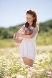 Macierzysty pozować z jej dzieckiem Zdjęcia Stock