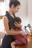 Macierzysty przytulenia daugther w ranku w domu Obrazy Royalty Free
