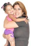 Macierzysty przytulenie jej mała multiracial córka Obrazy Stock