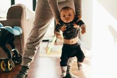 Macierzysty robić jej dziecko spacerowi obrazy stock