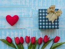 Macierzysty ` s dnia pojęcie czerwony serce, tulipany kwitnie i giftbox na p fotografia stock