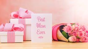 Macierzysty ` s dnia prezent, różowe róże i Najlepszy mamy kartka z pozdrowieniami na stole, Kiedykolwiek Obrazy Royalty Free