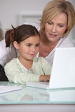 Macierzysty nauczanie jej mała dziewczynka Zdjęcia Royalty Free