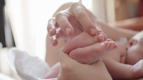 Macierzysty trzyma jej dziecka foots zbiory wideo