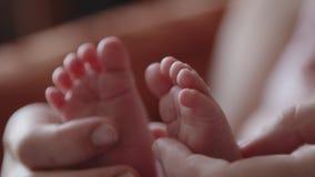 Macierzysty trzyma jej dziecka foots zdjęcie wideo