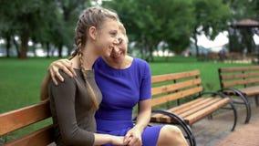 Macierzysty zachęcanie jej córka, udzielenie jej życia doświadczenie, dziewczęcy sekrety zdjęcia royalty free