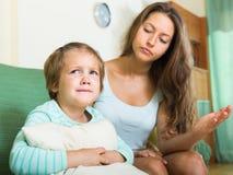 Macierzysty zgromi kogoś płaczu dziecko Obraz Royalty Free
