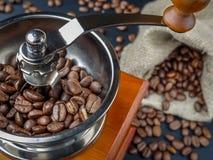 Macinacaffè con i chicchi di caffè Fotografia Stock