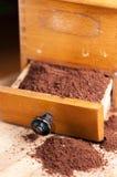 Macinacaffè con la polvere del caffè piana Fotografia Stock
