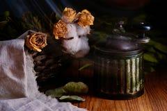 Macinacaffè d'annata antico e fiori gialli sulla tavola di legno Fotografie Stock Libere da Diritti