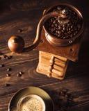 Macinacaffè di legno anziano con i fagioli Fotografie Stock Libere da Diritti