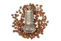 Macinacaffè e chicchi di caffè arrostiti isolati su backgr bianco fotografia stock libera da diritti