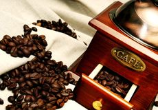 Macinacaffè manuale d'annata anziano con i chicchi di caffè immagine stock libera da diritti