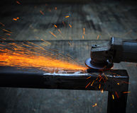 Macinazione di metalli pesanti nella fabbrica di industria siderurgica Immagine Stock
