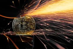 Macinazione elettrica della ruota su Bitcoin Immagine Stock Libera da Diritti