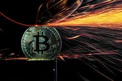 Macinazione elettrica della ruota su Bitcoin Fotografia Stock Libera da Diritti