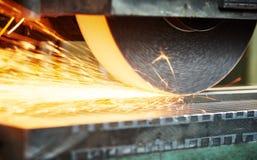 Macinazione industriale superficie di metallo di rifinitura sulla macchina orizzontale della smerigliatrice Fotografie Stock