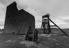 Macines em desuso na mina da pega em preto e branco imagem de stock royalty free