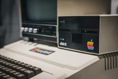 Macintosh Apple II komputer na pokazie wśrodku Jabłczanego muzeum w Praga, republika czech fotografia stock