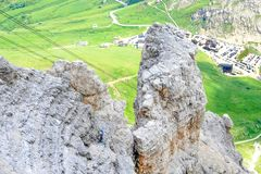 Macizo ascendente de la montaña de Pordoi del Sass del escalador, montañas de las dolomías, Italia foto de archivo