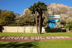 Macizo de flores con las letras que representan la ciudad en las montañas del fondo Fotos de archivo libres de regalías