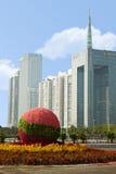 Macizo de flores de la calle contra rascacielos Imágenes de archivo libres de regalías