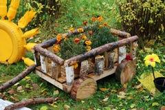 Macizo de flores decorativo, decoración del jardín, carro Fotografía de archivo