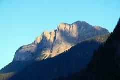 Macizo de la montaña en la luz de la puesta del sol fotos de archivo libres de regalías