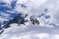 Macizo de Mont Blanc debajo de las nubes montan@as imágenes de archivo libres de regalías