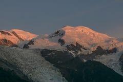 Macizo de Mont Blanc en la puesta del sol montan@as imagen de archivo